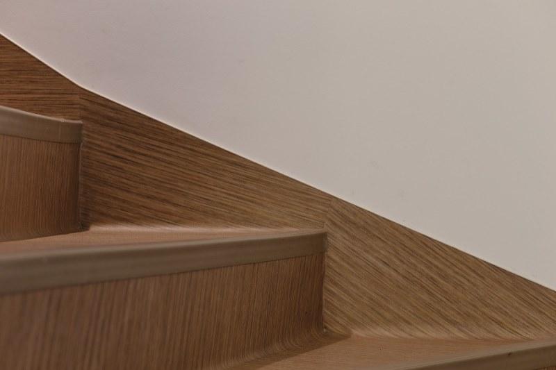 Hol și Scări - pardoseli covor pvc antiderapant colecția Surestep Wood marca Forbo, instalate cu profil de treaptă din pvc.