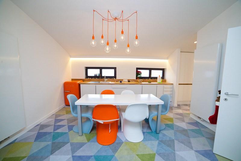 Bucătărie minimalistă realizată de echipa noastră cu mochetă personalizată. Casa TL